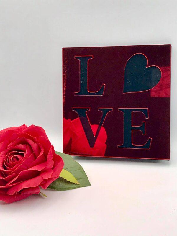 """Επιτραπέζιο κόκκινο πινακάκι """"Love"""" τύπου plexiglass 12 X 12 εκ."""