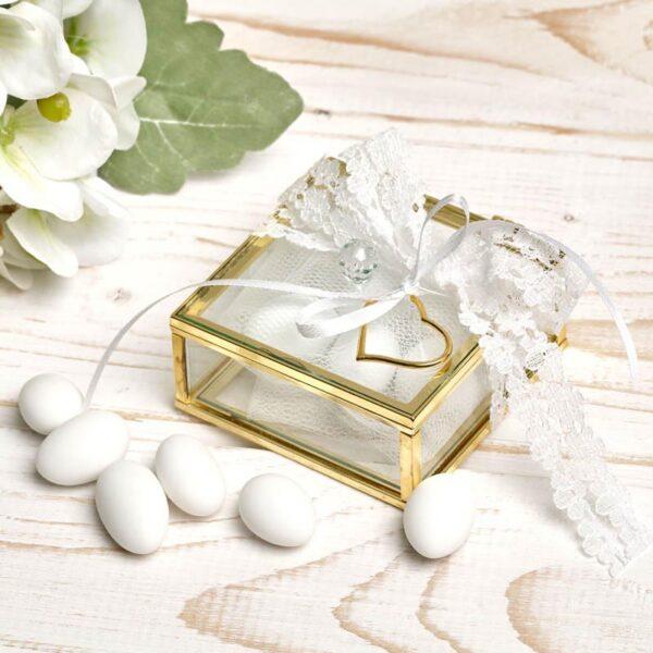 Μπομπονιέρα έτοιμη- Διάφανο κουτάκι με χρυσές λεπτομέρειες/ κορδελάκι με δαντελένια λουλούδια/ κορδελάκι/ χρυσή καρδιά/ τούλι/ 5 κουφέτα αμυγδάλου με δυνατότητα άλλης επιλογής