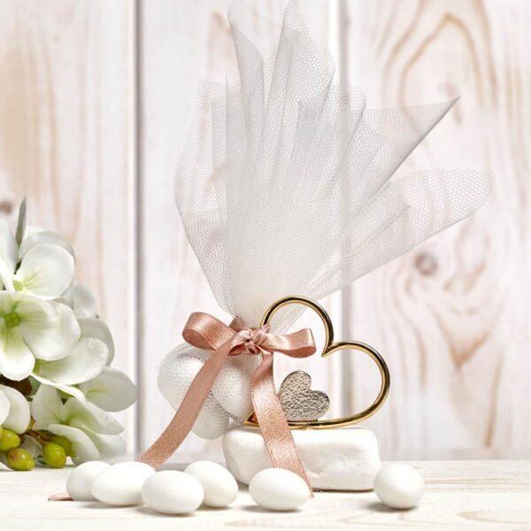Μπομπονιέρα έτοιμη- Καρδιά χρυσή με εσωτερική ασημί πάνω σε πετρούλα/ τούλι/ κορδέλα/ 5 κουφέτα αμυγδάλου με δυνατότητα άλλης επιλογής
